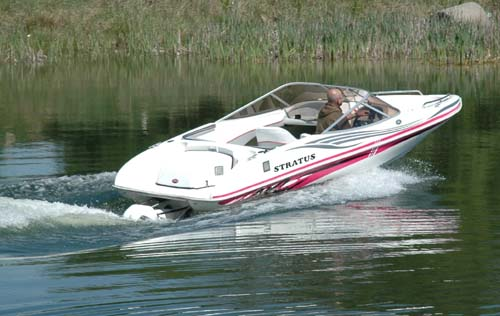 Stratus Bowrider na wodzie