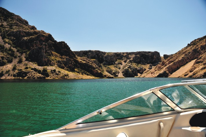 Kanion rzeki widziany z łodzi